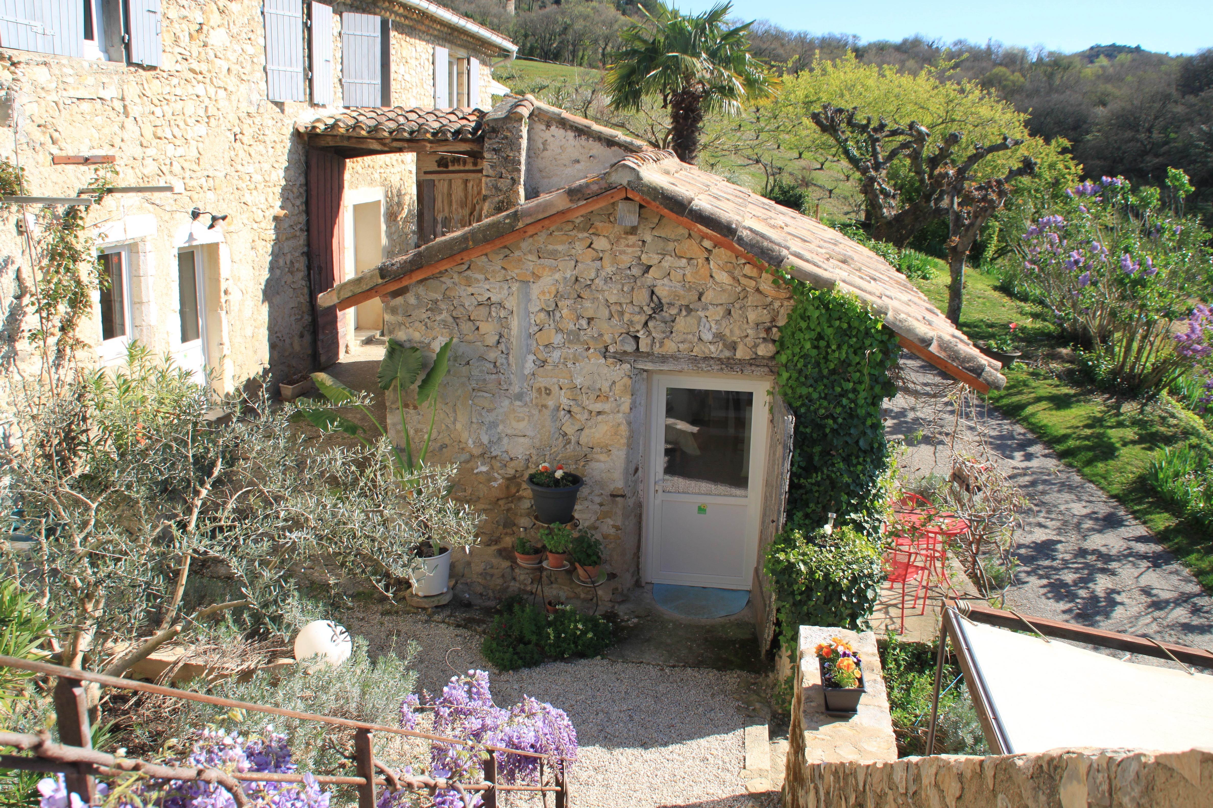 Vue de la maisonnette de la terrasse où se prennent les petits déjeuners