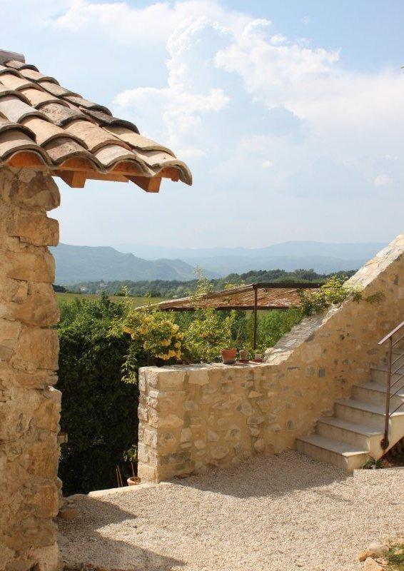 Vue depuis la cuisine sur les montagnes de l'Ardèche