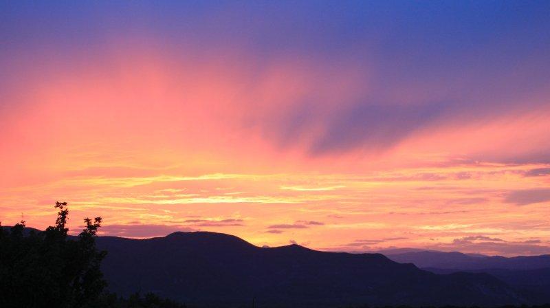 coucher de soleil sur les montagnes de l'Ardèche depuis les terrasses