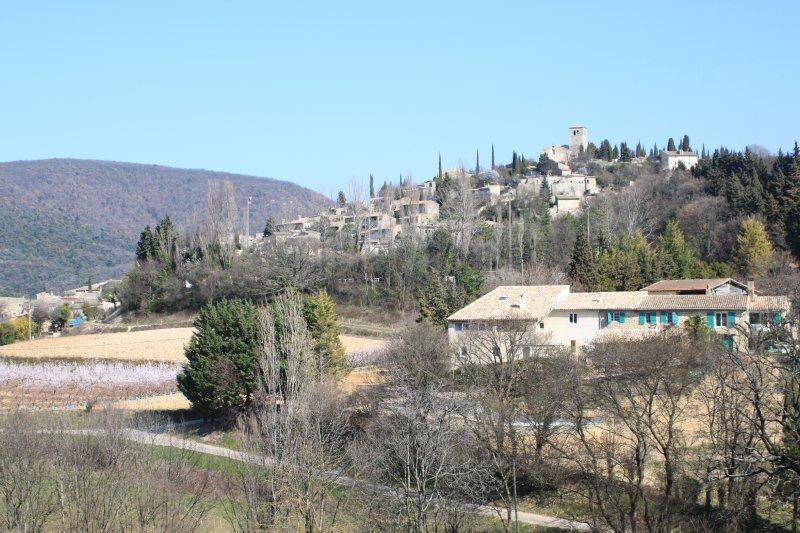 La maison d'hôtes les Vergers de la Bouligaire avec en toile de fond le village classé de Mirmande