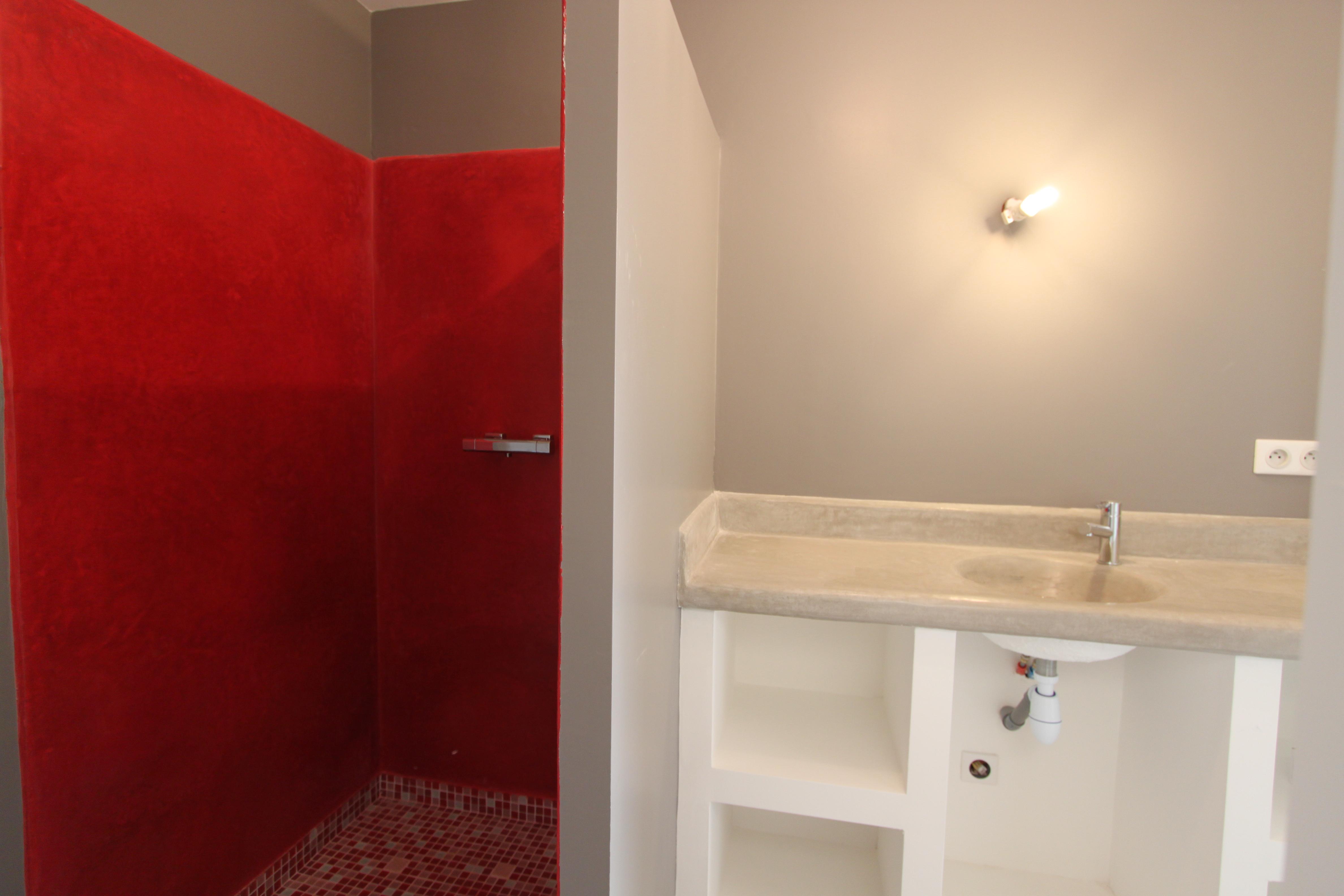 Salle de bain avec douche à l'italienne et vasque en tadelackt ...