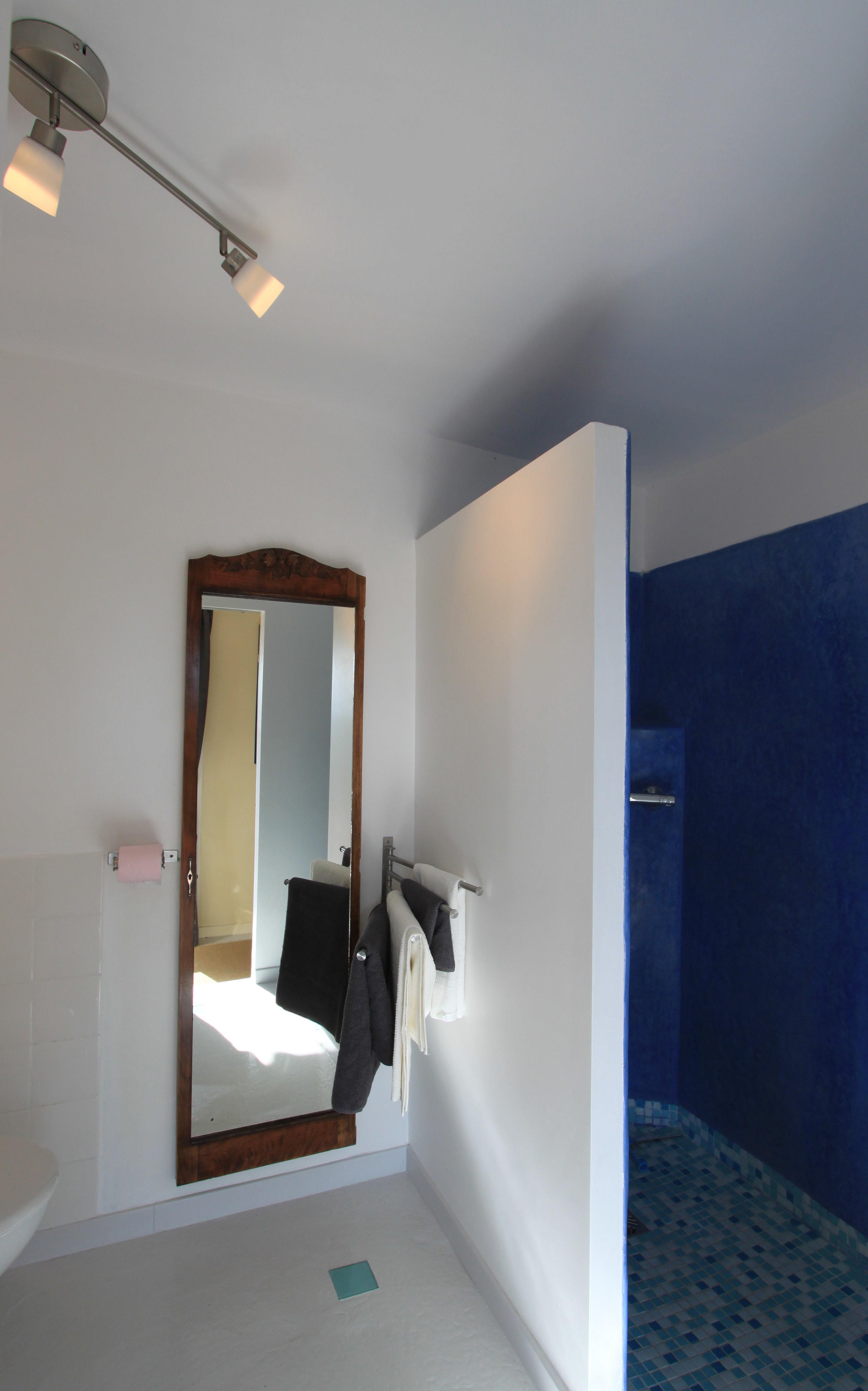 Salle d'eau avec lavabo, douche à l'italienne en tadelakt