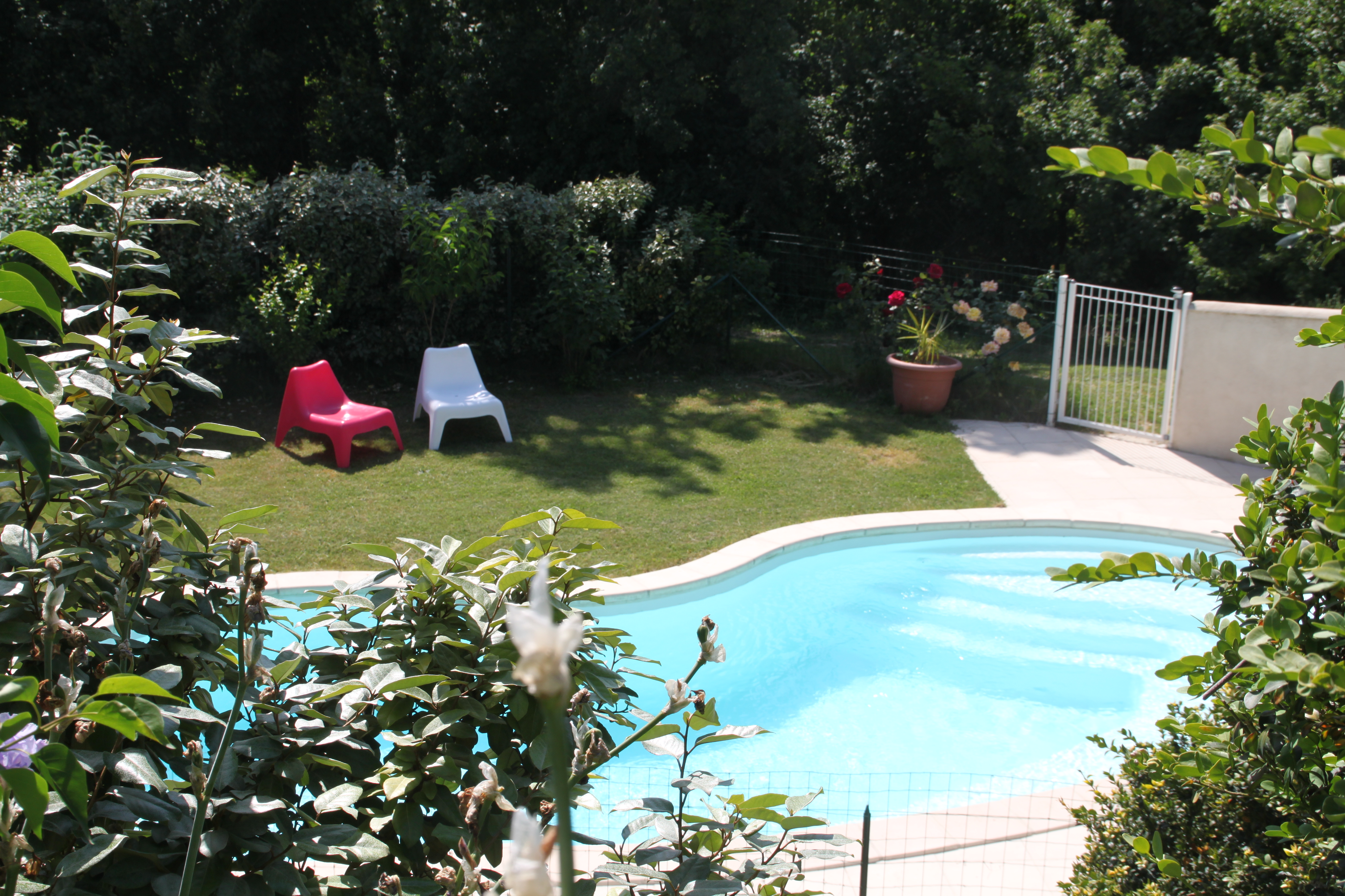 Vue de la piscine depuis la chambre d'hôtes