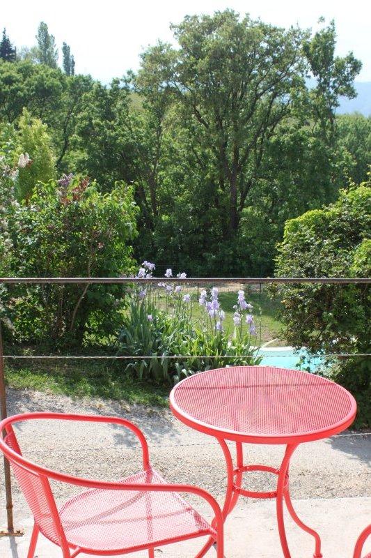 la petite terrasse de la chambre d'hôtes avec vue sur la piscine et les montagnes de l'Ardèche