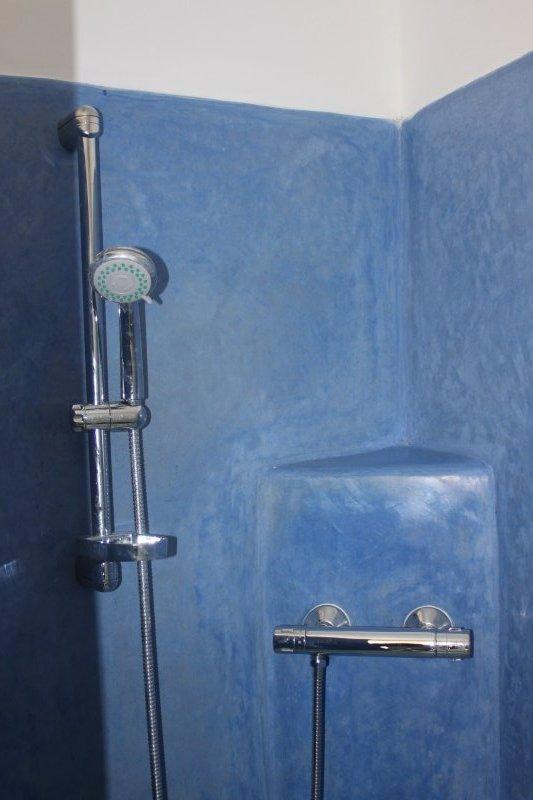 Douche à l'italienne avec tadelakt bleu