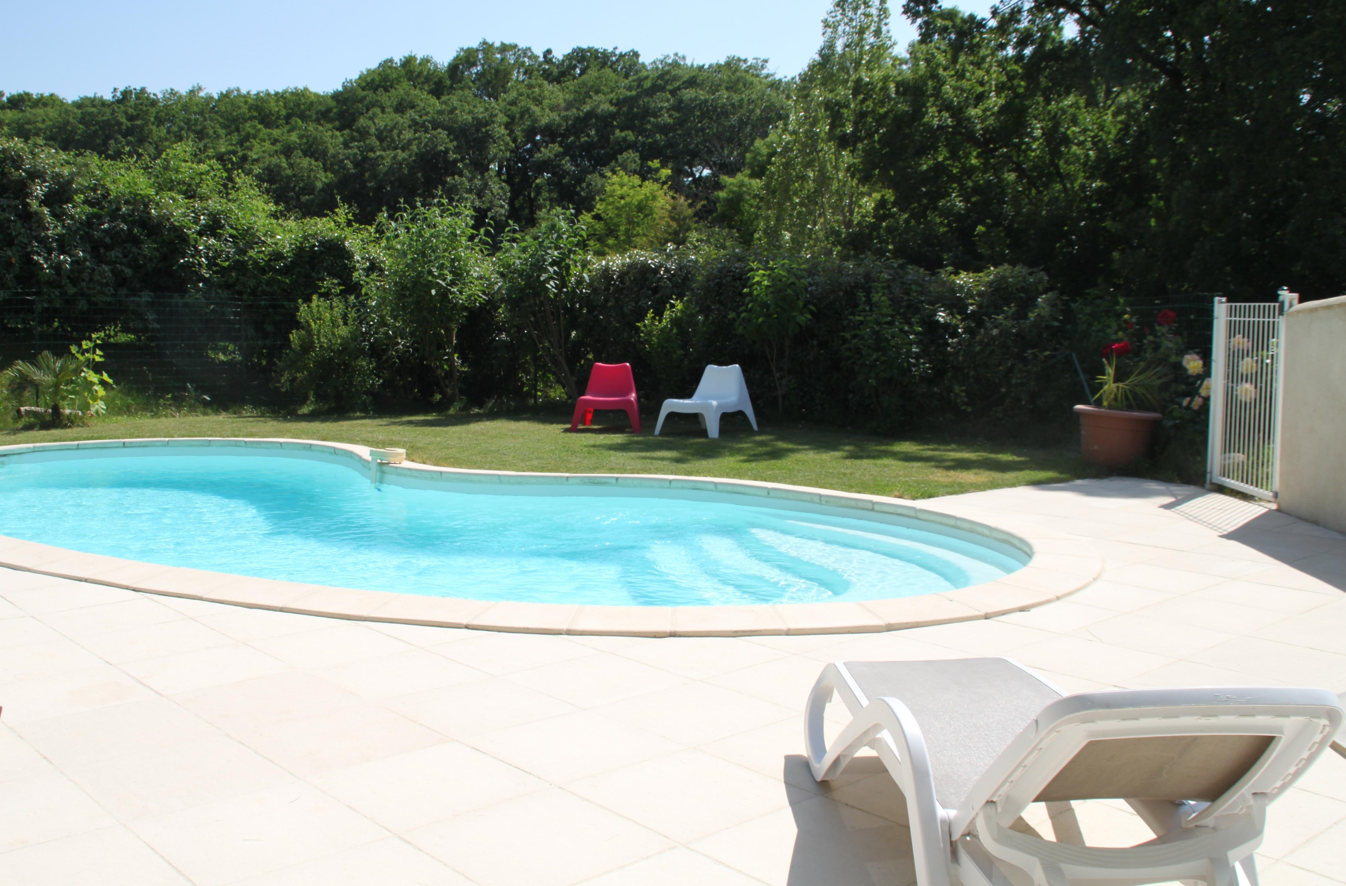 invitation au repos au bord de la piscine des Vergers de la Bouligaire