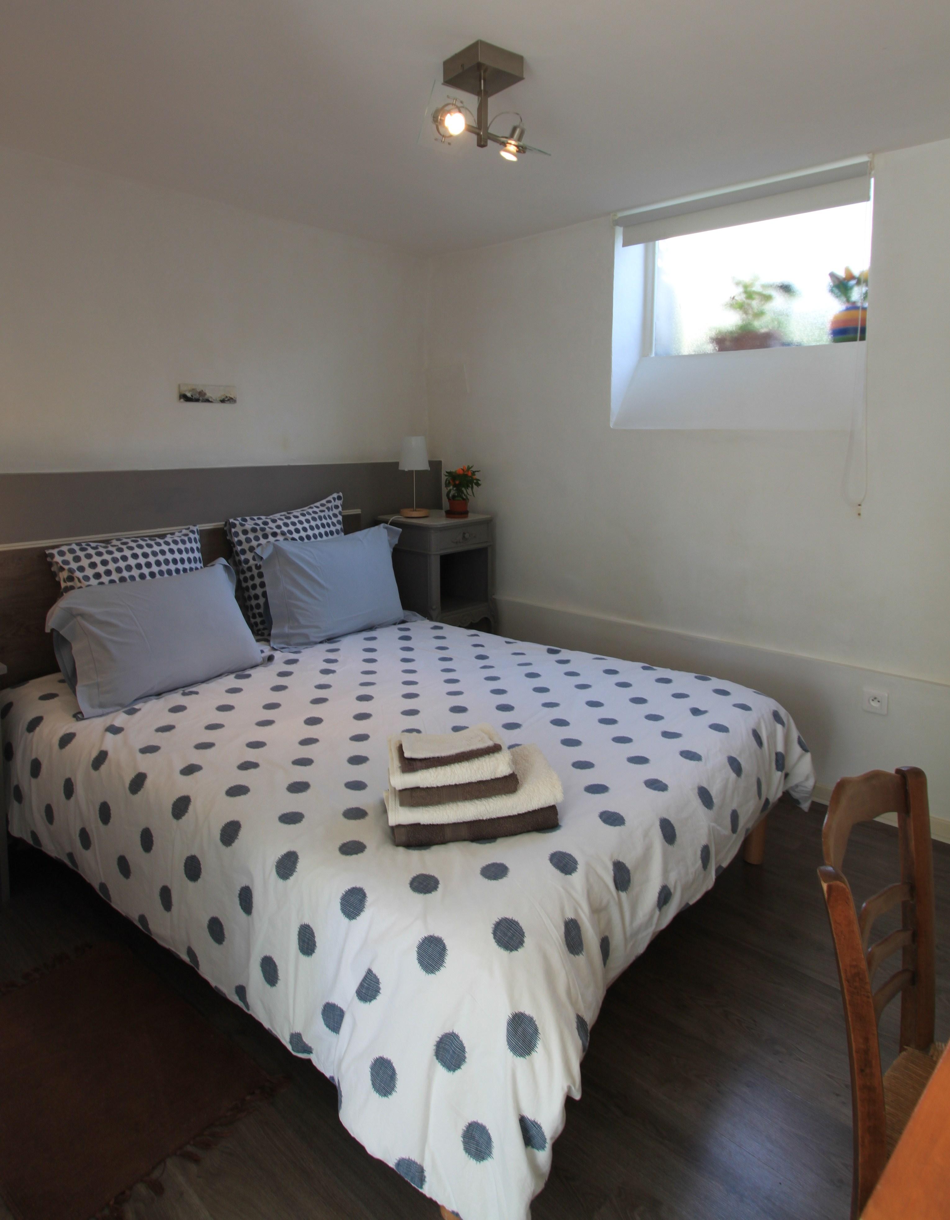 La chambre avec un lit en 160