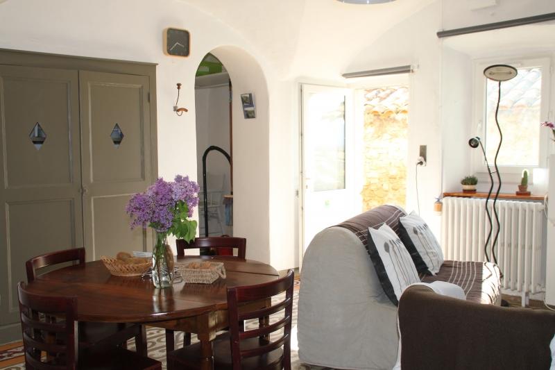 La pièce à vivre avec l'accès à la salle d'eau et à la pièce couchages