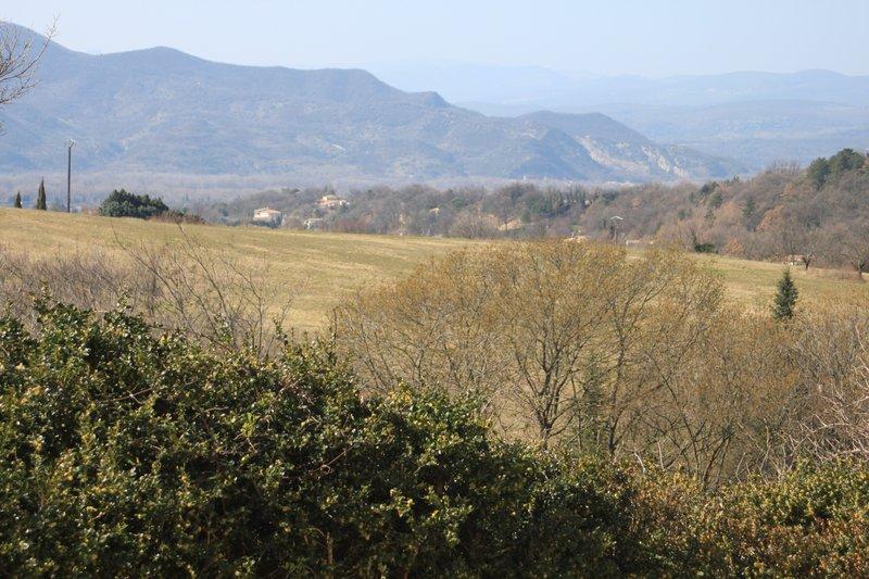 Vue sur les montagnes d'Ardèche depuis la terrasse et la cuisine