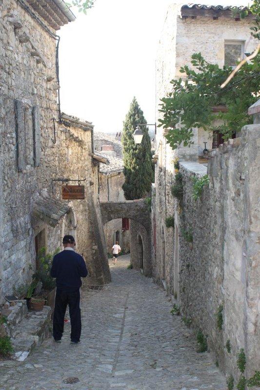 La grande rue dans le village de Mirmande
