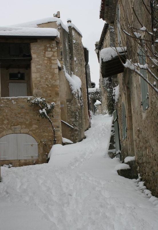 Ruelle du village sous la neige